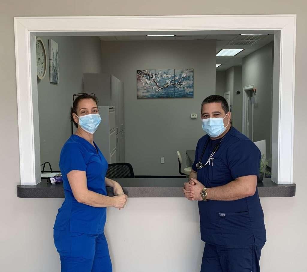 Los asistentes de medico presentes la clinica hispana